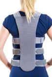 Γυναίκα που φορά το ενθαρρυντικό πίσω στήριγμα στο στούντιο Στοκ Εικόνες