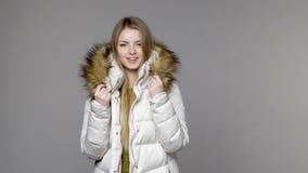 Γυναίκα που φορά το θερμό χειμερινό παλτό απόθεμα βίντεο