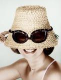 Γυναίκα που φορά το καπέλο με τα πλαστά γυαλιά ηλίου (όλα τα πρόσωπα που απεικονίζονται δεν ζουν περισσότερο και κανένα κτήμα δεν στοκ εικόνες