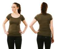 Γυναίκα που φορά το κενό πράσινο πουκάμισο ελιών Στοκ Εικόνες