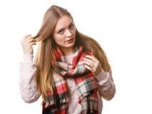 Γυναίκα που φορά το μάλλινο ελεγχμένο ιματισμό φθινοπώρου μαντίλι θερμό Στοκ εικόνα με δικαίωμα ελεύθερης χρήσης
