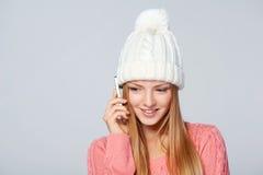 Γυναίκα που φορά το μάλλινα καπέλο και το πουλόβερ Στοκ Φωτογραφίες