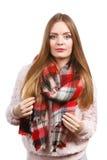 Γυναίκα που φορά το μάλλινο ελεγχμένο ιματισμό φθινοπώρου μαντίλι θερμό Στοκ Εικόνες