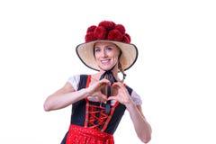 Γυναίκα που φορά το μαύρο δασικό φόρεμα που παρουσιάζει σημάδι καρδιών Στοκ Εικόνες