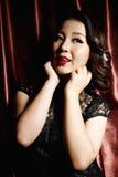 Γυναίκα που φορά το μαύρο κινεζικό παραδοσιακό φόρεμα στοκ φωτογραφίες