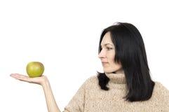 Γυναίκα που φορά το μπεζ μήλο εκμετάλλευσης πουλόβερ στοκ εικόνες με δικαίωμα ελεύθερης χρήσης