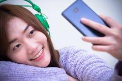 Γυναίκα που φορά το πορφυρό θερμό πλεκτό πουλόβερ, καυκάσιο νέο κορίτσι Στοκ Εικόνα