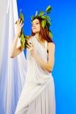 Γυναίκα που φορά το πράσινο ρωμαϊκό στεφάνι δαφνών Στοκ Φωτογραφίες