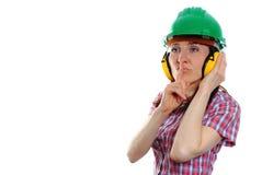 Γυναίκα που φορά το προστατευτικά κράνος και τα ακουστικά Στοκ φωτογραφία με δικαίωμα ελεύθερης χρήσης