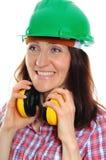 Γυναίκα που φορά το προστατευτικά κράνος και τα ακουστικά Στοκ εικόνα με δικαίωμα ελεύθερης χρήσης