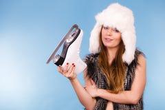 Γυναίκα που φορά το σαλάχι πάγου εκμετάλλευσης χειμερινών καπέλων στοκ φωτογραφίες