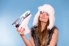 Γυναίκα που φορά το σαλάχι πάγου εκμετάλλευσης χειμερινών καπέλων στοκ εικόνα