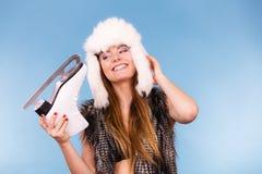 Γυναίκα που φορά το σαλάχι πάγου εκμετάλλευσης χειμερινών καπέλων στοκ εικόνες
