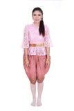 Γυναίκα που φορά το χαρακτηριστικό ταϊλανδικό φόρεμα που απομονώνεται στο άσπρο υπόβαθρο Στοκ Εικόνα