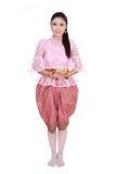 Γυναίκα που φορά το χαρακτηριστικό ταϊλανδικό φόρεμα που απομονώνεται στο άσπρο υπόβαθρο Στοκ Φωτογραφίες