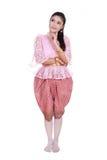 Γυναίκα που φορά το χαρακτηριστικό ταϊλανδικό φόρεμα που σκέφτεται απομονωμένο στην άσπρη πλάτη Στοκ Εικόνα