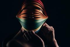 Γυναίκα που φορά το χρωματισμένο quilling έγγραφο για το κεφάλι Στοκ εικόνα με δικαίωμα ελεύθερης χρήσης
