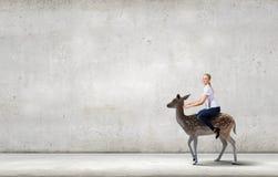 Γυναίκα που φορτώνει τα ελάφια Στοκ φωτογραφία με δικαίωμα ελεύθερης χρήσης