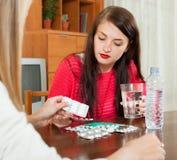 Γυναίκα που φροντίζει για τις άρρωστες φίλες Στοκ Φωτογραφία