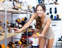 Γυναίκα που φροντίζει το ζευγάρι των παπουτσιών Στοκ Εικόνα