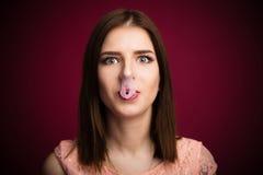 Γυναίκα που φυσιέται - επάνω γόμμα φυσαλίδων στη μύτη και το στόμα της Στοκ φωτογραφία με δικαίωμα ελεύθερης χρήσης