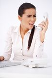Γυναίκα που φωνάζει σε κάποιο πέρα από το τηλέφωνο Στοκ φωτογραφία με δικαίωμα ελεύθερης χρήσης