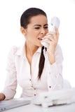 Γυναίκα που φωνάζει σε κάποιο πέρα από το τηλέφωνο Στοκ εικόνα με δικαίωμα ελεύθερης χρήσης