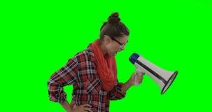 Γυναίκα που φωνάζει στο μεγάφωνο κέρατων απόθεμα βίντεο