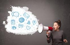 Γυναίκα που φωνάζει στο μεγάφωνο και τα σύγχρονα μπλε εικονίδια και το σύμβολο Στοκ Εικόνες