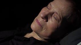 Γυναίκα που φωνάζει στο σκοτεινό δωμάτιο απόθεμα βίντεο