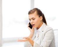 Γυναίκα που φωνάζει στο smartphone Στοκ Εικόνα