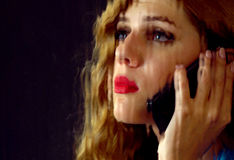 Γυναίκα που φωνάζει τηλεφωνικώς Κορίτσι που μιλά στο τηλέφωνο Στοκ εικόνες με δικαίωμα ελεύθερης χρήσης