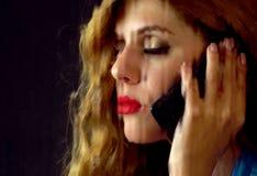 Γυναίκα που φωνάζει τηλεφωνικώς Κορίτσι που μιλά στο τηλέφωνο Στοκ Εικόνα