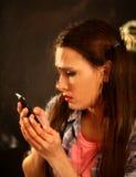Γυναίκα που φωνάζει τηλεφωνικώς Κορίτσι που μιλά στο τηλέφωνο Στοκ φωτογραφίες με δικαίωμα ελεύθερης χρήσης