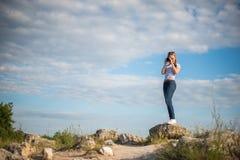 Γυναίκα που φωτογραφίζει στο πέτρινο δάσος (Pobiti Kamani) στη Βουλγαρία Στοκ Φωτογραφία