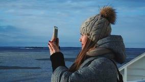 Γυναίκα που φωτογραφίζει την παγωμένη θάλασσα από το σκάφος απόθεμα βίντεο