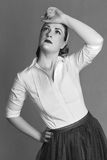 Γυναίκα που χάνεται στη σκέψη αναδρομική Στοκ φωτογραφίες με δικαίωμα ελεύθερης χρήσης