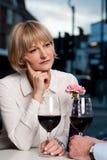 Γυναίκα που χάνεται στις βαθιές σκέψεις Στοκ Εικόνα