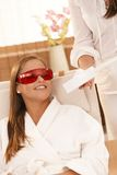 Γυναίκα που χαμογελά μετά από τη λεύκανση δοντιών λέιζερ Στοκ Φωτογραφίες