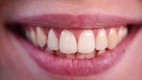 Γυναίκα που χαμογελά και που παρουσιάζει δόντια της απόθεμα βίντεο