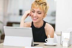 Γυναίκα που χαμογελά σε μια οθόνη υπολογιστή Στοκ Φωτογραφία
