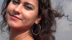 Γυναίκα που χαμογελά στο θυελλώδη καιρό απόθεμα βίντεο