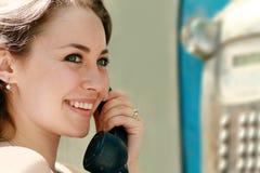 Γυναίκα που χαμογελά στο τηλέφωνο στοκ φωτογραφία με δικαίωμα ελεύθερης χρήσης