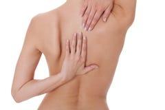Γυναίκα που χαϊδεύει το γυμνούς ώμο και την πλάτη της Στοκ φωτογραφίες με δικαίωμα ελεύθερης χρήσης