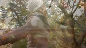 Γυναίκα που χορεύει κάτω από τα δέντρα απόθεμα βίντεο