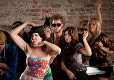 Γυναίκα που χορεύει με τους φίλους στο συμβαλλόμενο μέρος disco Στοκ φωτογραφία με δικαίωμα ελεύθερης χρήσης