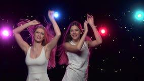 Γυναίκα που χορεύει μπροστά από τα φω'τα ύφους disco κίνηση αργή φιλμ μικρού μήκους