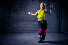Γυναίκα που χορεύει στο αστικό περιβάλλον στοκ φωτογραφίες με δικαίωμα ελεύθερης χρήσης