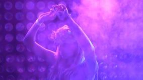 Γυναίκα που χορεύει στο κόμμα στη λέσχη smokey απόθεμα βίντεο