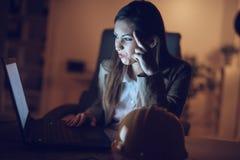 Γυναίκα που χρησιμοποιεί ένα lap-top αργά τη νύχτα Στοκ φωτογραφίες με δικαίωμα ελεύθερης χρήσης